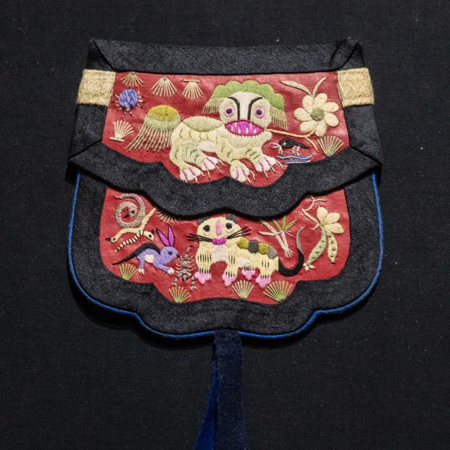 彩绣狮子荷包